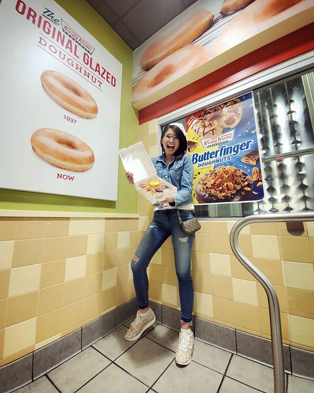 2 kinds of Butterfinger donuts? What?!?🥰🧁#krispykreme #krispykremedoughnuts #sweettooth #butterfinger #krispetycrunchety #donutsmakemegonuts #seeamazing (@CatEyesAndCandy on IG)