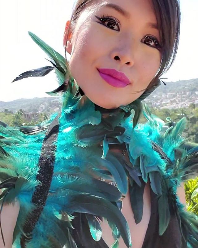 When the invite says sparkles, you know you gotta bring it🦚 #navarroamor #ootd #feathers #sparkles #sparkleon #lashes #glitterlashes #birdlovers #glam #glammakeup #sayulita #sdstylebloggers (@CatEyesAndCandy on IG)